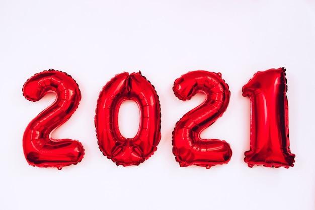 Globos rojos en forma de números sobre un fondo blanco.