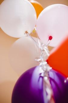 Globos rosas y blancos para eventos divertidos y celebraciones