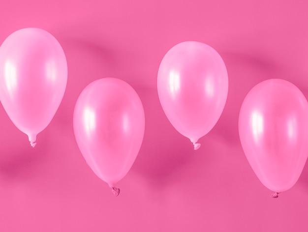 Globos rosas sobre fondo rosa