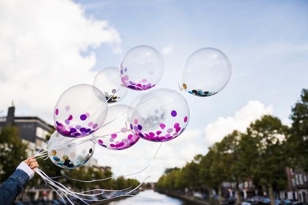 Globos transparentes con confeti dentro en el exterior