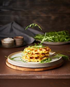 Gofres belgas de patata casera con salsa de aguacate, rúcula voladora, queso mozzarella.