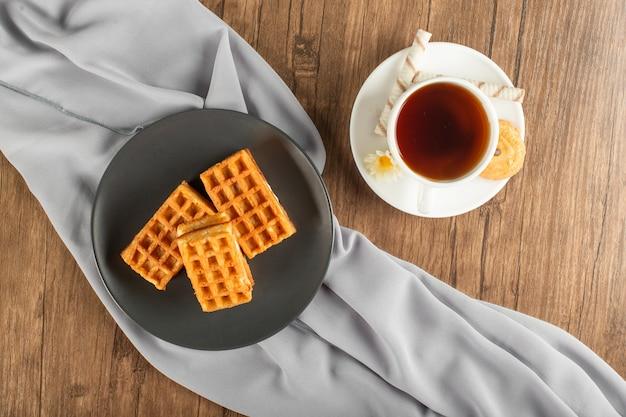 Gofres belgas y una taza de té. vista superior