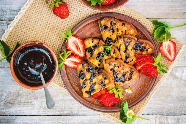 Gofres con fresas. enfoque selectivo comida y bebida.