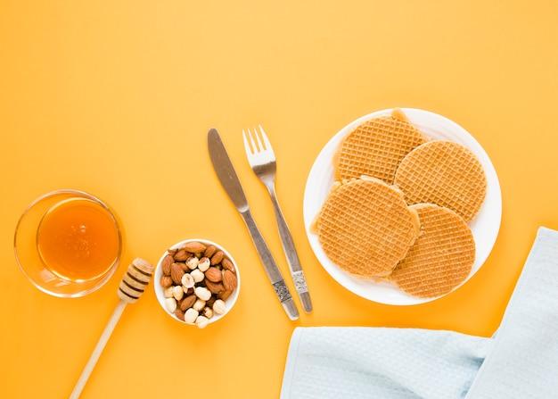 Gofres planos con miel y mezcla de nueces