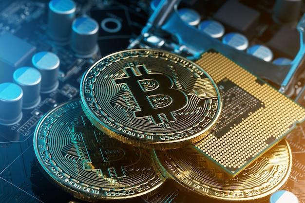 Golden bitcoin cryptocurrency en la placa de circuito de la computadora cpu.