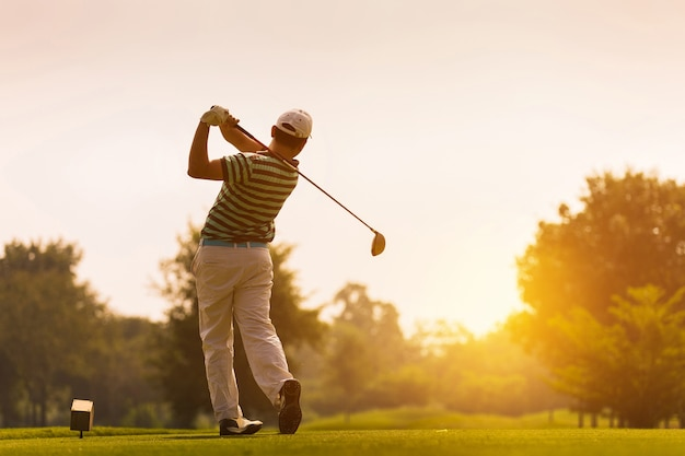 Los golfistas golpean el campo de golf en el verano