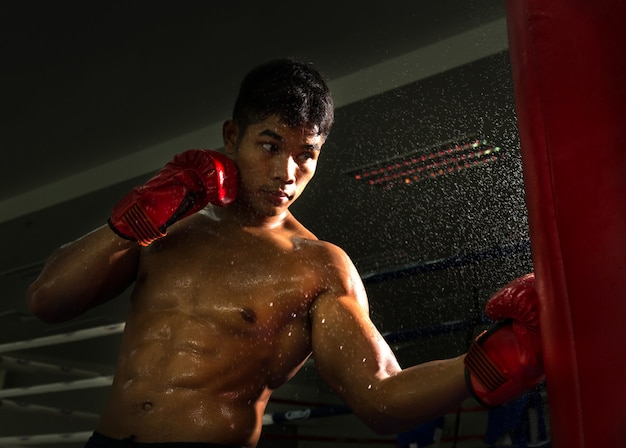 Golpe de boxeador en el objetivo en el ring de boxeo en el gimnasio