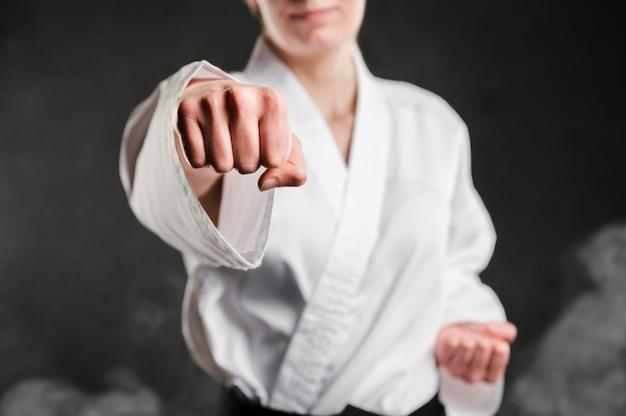 Golpe de una mujer de karate