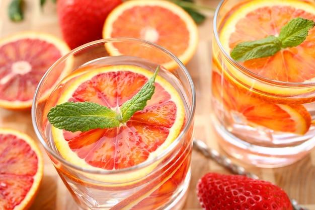 Golpe de naranja rojo cóctel casero closeup