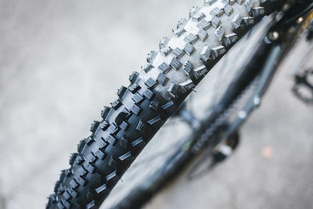 Goma de bicicleta antes y después de la limpieza.