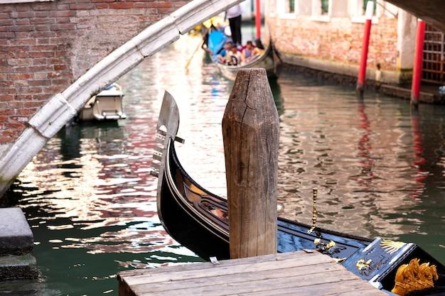 Gondola docking en venecia