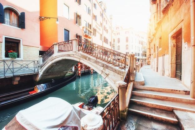 Góndolas en canal en venecia. venecia es un popular destino turístico de europa.