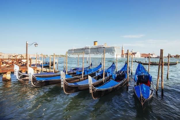 Góndolas en el gran canal de venecia, la iglesia de san giorgio maggiore. san marco