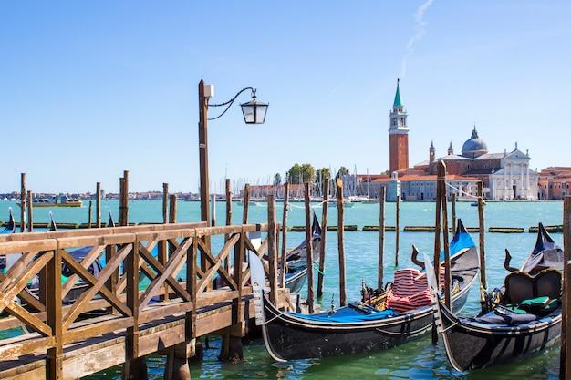 Góndolas en el muelle en venecia