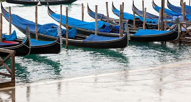 Góndolas venecianas con marea alta.
