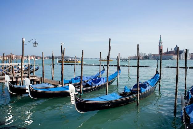 Gondole en venecia