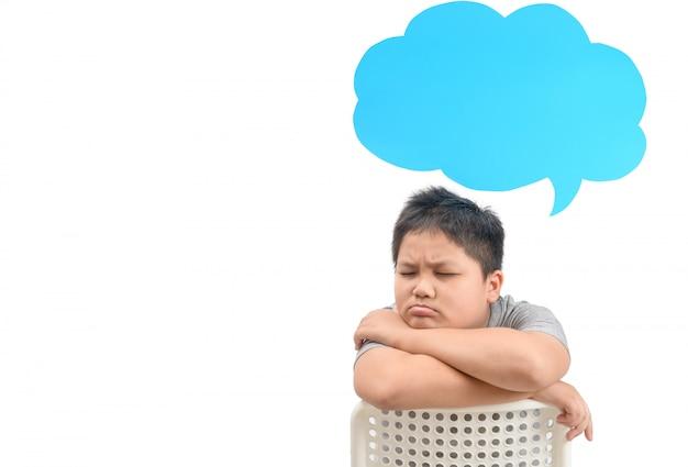 Gordo pensando con burbujas de discurso