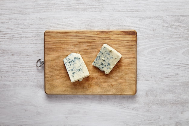 Gorgonzola, roquefort, queso de pasta blanda con musgo verde aislado