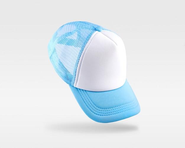 Gorra de béisbol blanca, azul aislada en el espacio en blanco