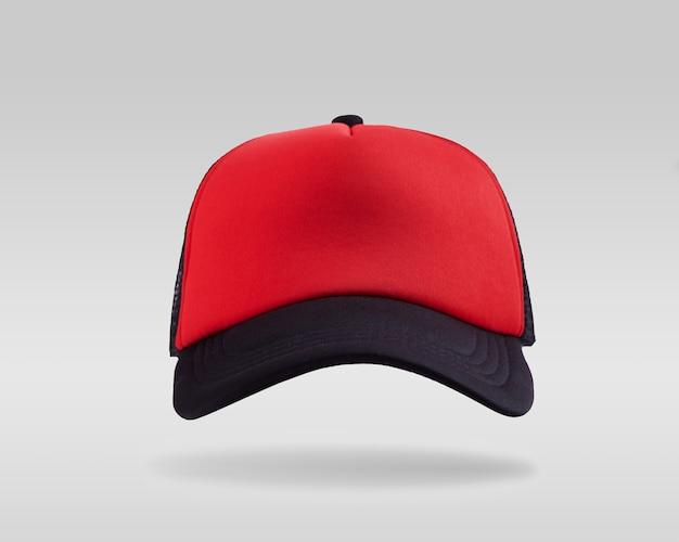 Gorra de béisbol roja y negra aislada sobre fondo blanco.
