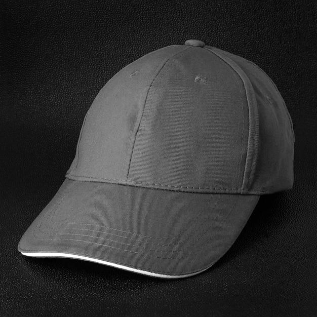 Gorra gris sobre fondo oscuro