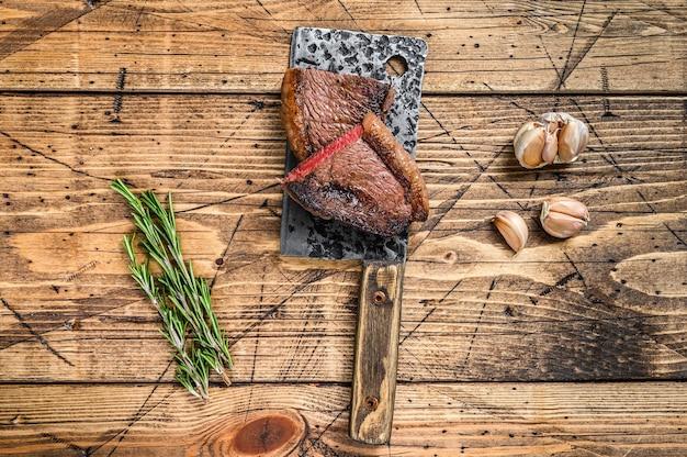Gorra de grupa a la parrilla o bistec de carne de res picanha brasileña en una cuchilla