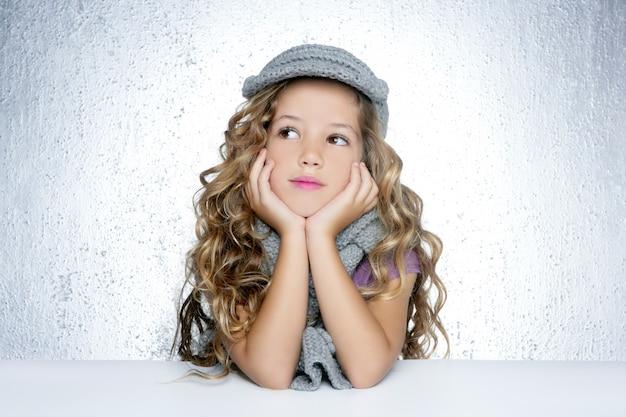Gorra de invierno bufanda de lana pequeño retrato de niña de moda