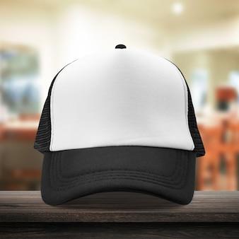 Gorra negra hecha de material de tela en el vestidor