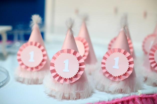 Gorras para celebrar el primer cumpleaños. concepto de fiesta de cumpleaños, ch