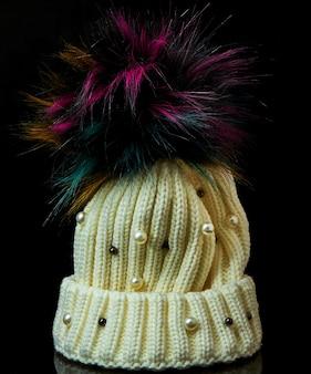 Gorro de invierno con bubo y perlas sobre fondo negro