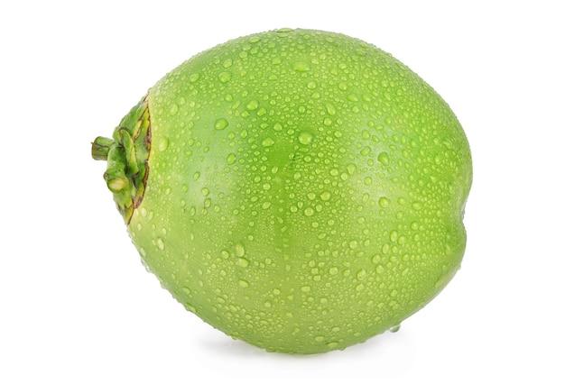 Gota de agua de coco verde aislado sobre fondo blanco.