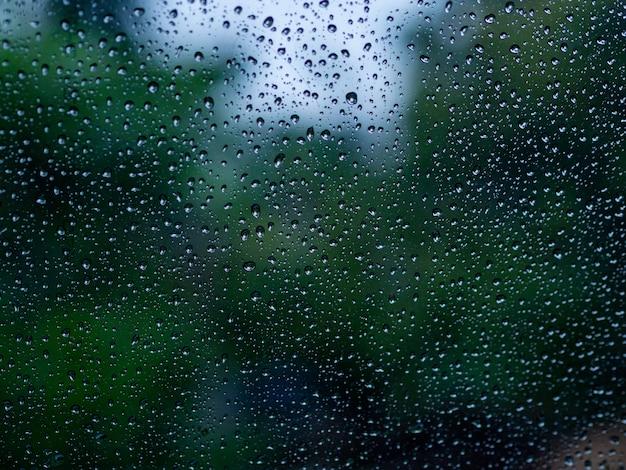 La gota de agua de lluvia en el espejo.