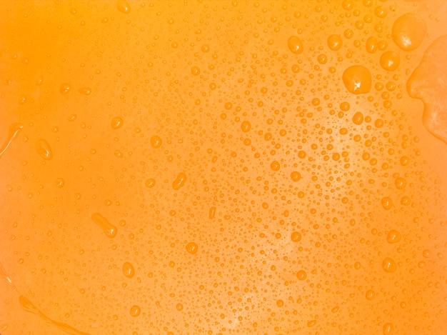 Gota de agua sobre fondo amarillo superficie