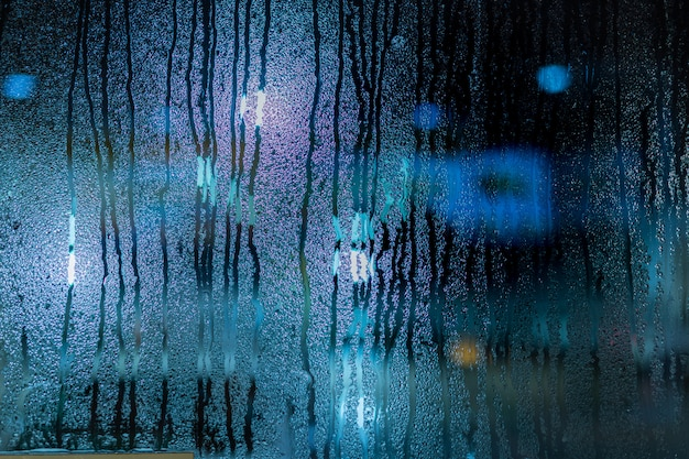 Gota de agua en la ventana, desenfoque de fondo de naturaleza con condensación