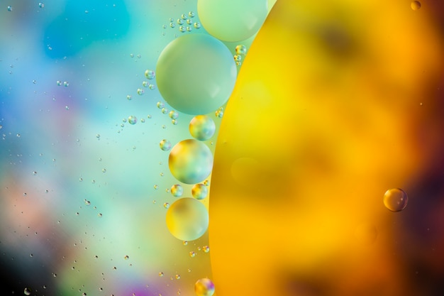 Gotas de aceite sobre un fondo abstracto de superficie de agua