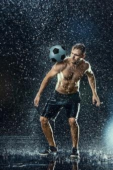Gotas de agua alrededor del jugador de fútbol