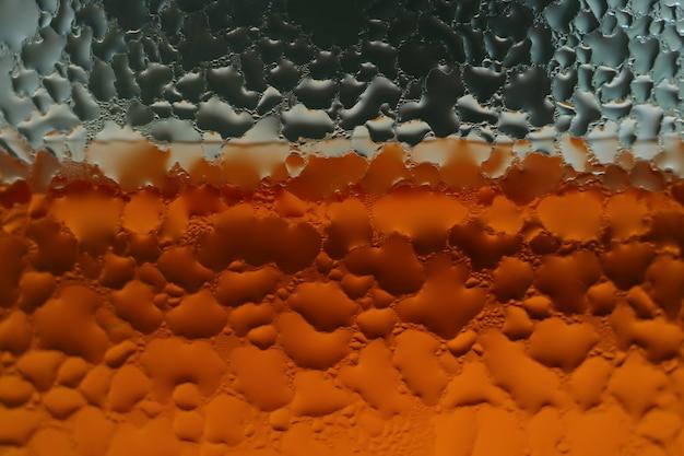 Gotas de agua de condensación sobre el vaso transparente de refresco.
