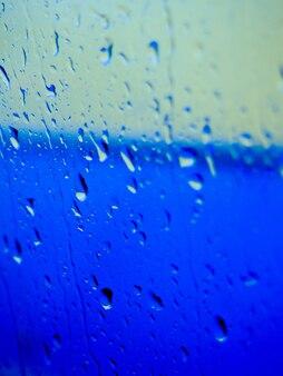 Gotas de agua en el fondo degradado, cubierto con gotas de agua.