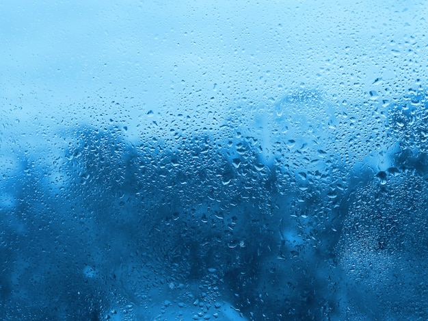 Gotas de agua natural sobre vidrio