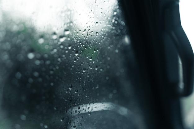 Gotas de agua en el parabrisas del coche en un día lluvioso