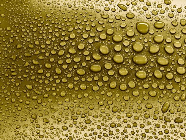 Gotas de agua sobre fondo amarillo.