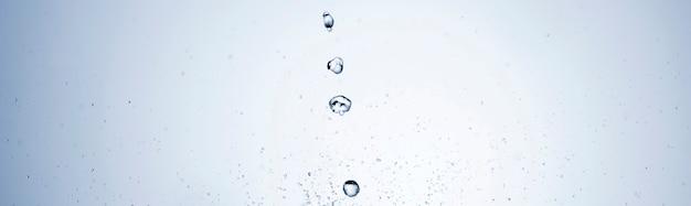 Gotas de agua sobre fondo blanco.