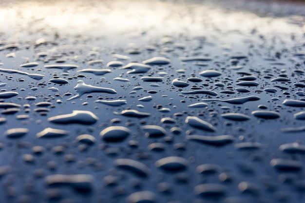 Gotas de agua sobre fondo negro, abstracto