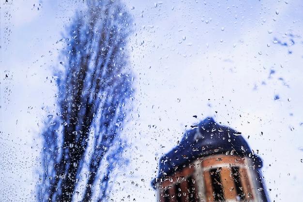 Gotas de agua sobre fondo urbano