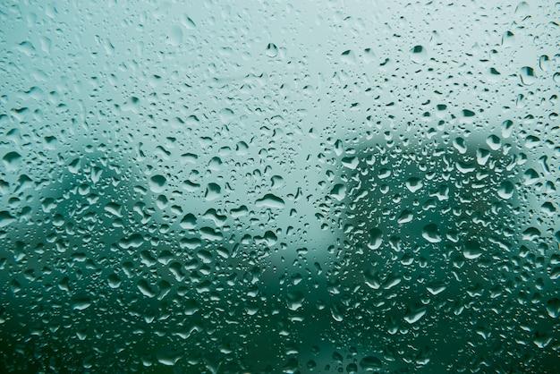 Gotas de agua sobre vidrio, fondo verde