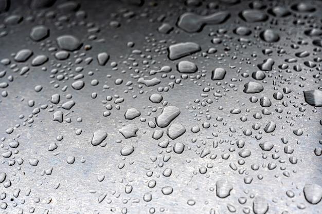 Gotas de agua en una superficie metálica.