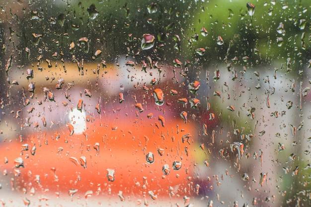 Gotas de agua en una ventana después de la tormenta