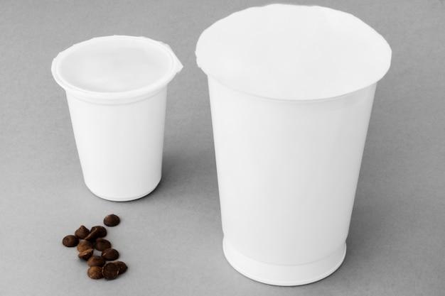 Gotas de chocolate cerca de tazas de productos lácteos