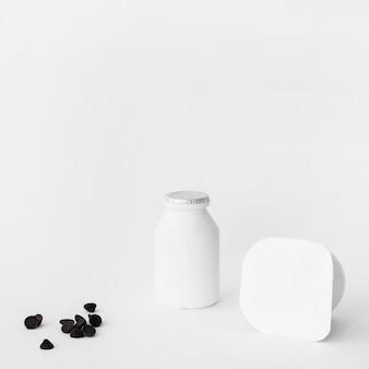 Gotas de chocolate cerca de yogurt
