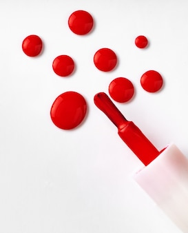 Gotas de esmalte de uñas derramado sobre blanco